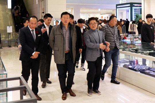 신동빈 회장, 인천터미널 백화점 깜짝 방문…현장경영 나섰다